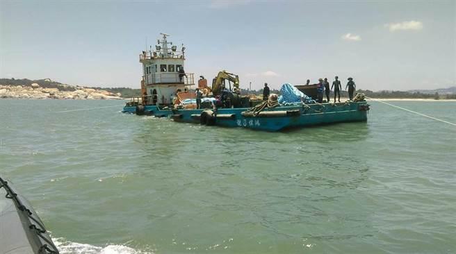 在金門母嶼外海搶修海底電纜的工作船「鴻偉8號」昨傳出1名船員腹痛送醫。(海巡提供)