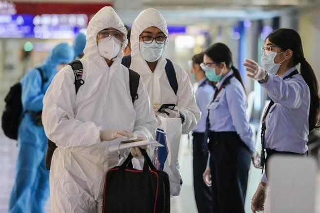 疫情警戒明降二級,鎖國管制維持不變。圖為台灣民眾入境。(陳麒全攝)
