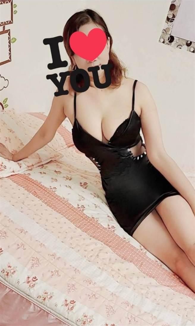 賣淫集團在某知名網路論壇上,PO出穿著性感情趣內衣、巨乳辣腿的妖嬈艷照,以90分鐘1800元的超低價格,引誘尋芳客來電上門。(摘自某知名網路論壇)