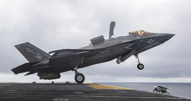 美國海軍陸戰隊F-35B戰機2021年5月12日從「梅金島」號(USS Makin Island,LHD-8)上起飛的畫面。(美國海軍)