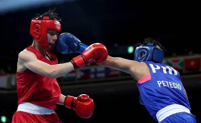 世界排名第1的台灣奪金希望林郁婷(左)在東奧女子拳擊首戰爆冷不敵菲律賓對手。(路透)
