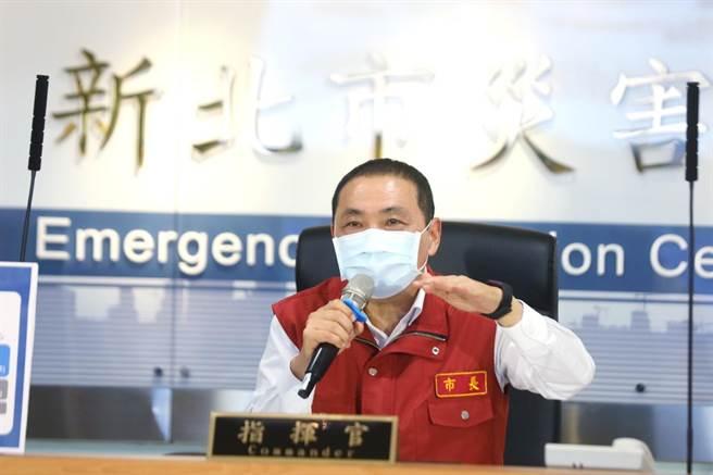 新北市長侯友宜表示,新北市疫情以來至今,確診幾乎已經壓到地板值之下,穩穩控制,不過降級不是解封,許多國家疫苗覆蓋率皆有達到30%以上,但解封後確診仍倍增,而台灣要達到群體免疫,大概要到10月份才做得到。(新北市政府提供)