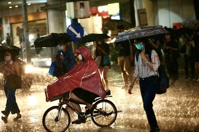 中央氣象局發布大雨特報,西南風影響,易有短延時強降雨。(資料照/陳信翰攝)