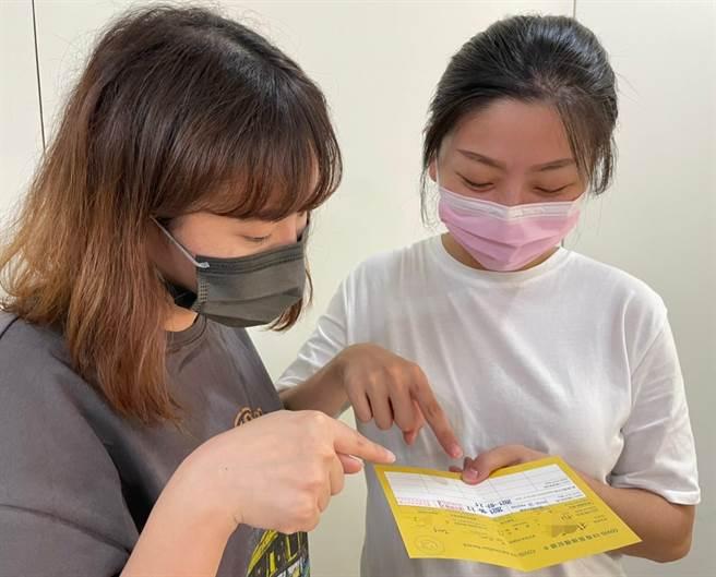 縣府提醒,民眾前往接種COVID-19第2劑疫苗前,應備妥「COVID-19疫苗接種紀錄卡」及「健保卡」。(縣府提供)