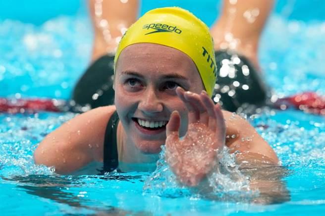 澳洲泳將提特穆斯(Ariarne Titmus)今擊敗擁5面奧運金牌的美國名將雷德基(Katie Ledecky)摘金。(圖/路透社)