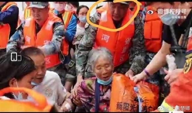 救災現場影片中發現一名年長軍人形貌神似曾參與中共建國70週年大閱兵的共軍上將朱生嶺,經有關部門查證確認,在網上引起熱議。(圖/微博)