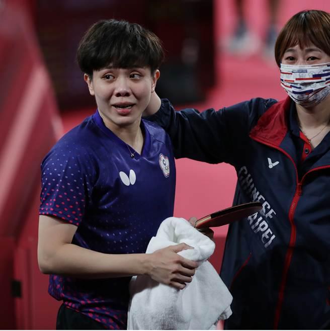 東京奧運桌球混雙銅牌戰獲勝,鄭怡靜(左)落下喜悅淚水,教練鄭佳奇(右)安慰她。(季志翔攝)