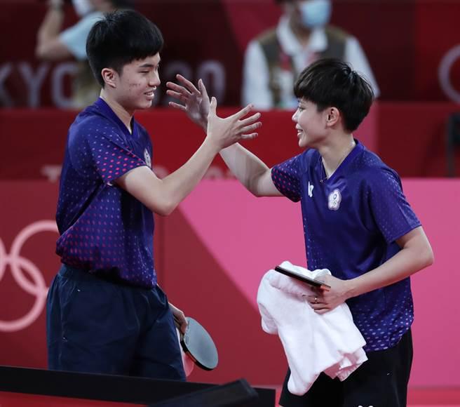 林昀儒(左)、鄭怡靜(右)收下東京奧運桌球混雙銅牌。(季志翔攝)