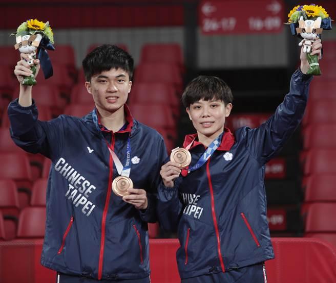 林昀儒(左)、鄭怡靜(右)贏得東京奧運桌球混雙銅牌。(季志翔攝)