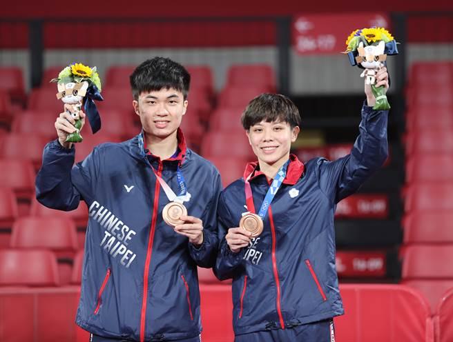 林昀儒(左)、鄭怡靜摘下東奧桌球混雙銅牌。(體育署提供)