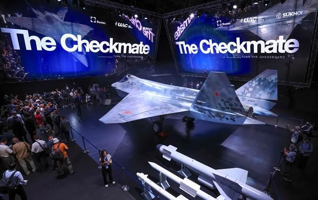 俄羅斯推出新的第五代戰鬥機「將軍」,價格上極具競爭力,約僅3000萬美元。在國際軍火市場遭遇「將死」局面的很可能是大陸的FC-31鶻鷹隱形戰機。(圖/路透)