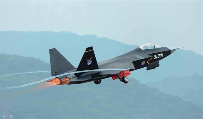 大陸FC-31鶻鷹隱形戰機8年前就已試飛,目前有幾架原型機,但至今仍未正式服役。(圖/新華社)
