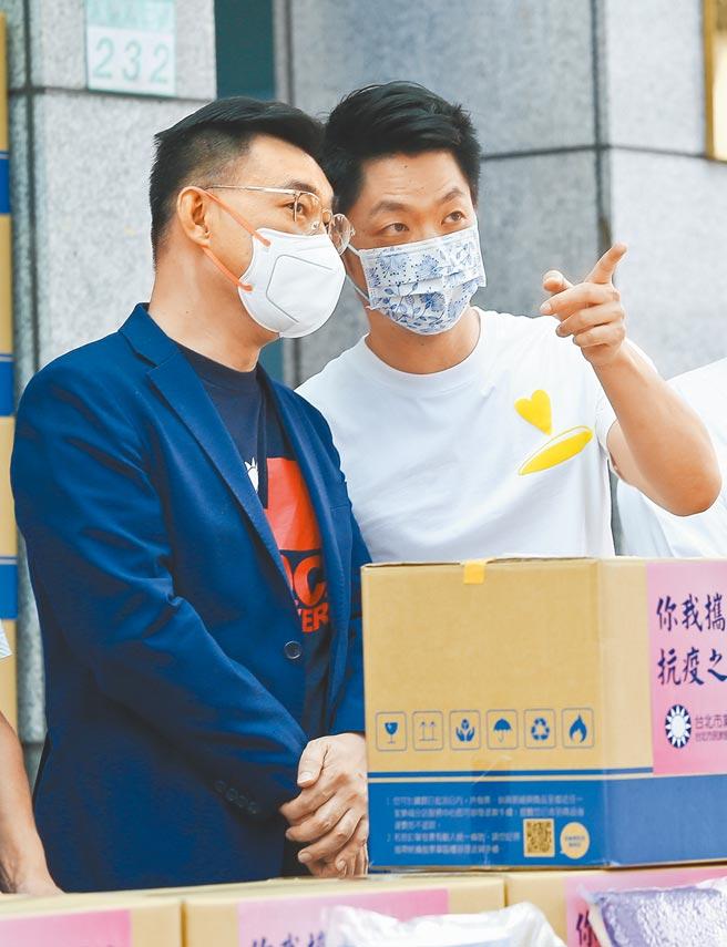 國民黨主席江啟臣(左)與立法委員蔣萬安(右)19日出席「你我攜手齊關懷、抗疫之路不孤單」福箱捐贈活動,兩人在記者會上交換意見。(本報資料照片)