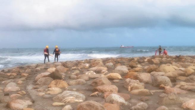 高雄市旗津區貝殼博物館前海域25日傳出一對父子落水後失蹤的意外,消防局出動大批人車趕往搶救,但截至25日晚間仍尚未發現父子2人的蹤跡。(翻攝畫面/洪浩軒高雄傳真)