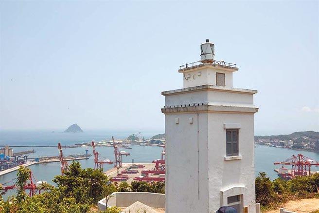 基隆球子山燈塔是第一座由國人自行設計的燈塔,在燈塔處可以俯瞰基隆港碼頭。(基隆市政府提供/陳彩玲基隆傳真)
