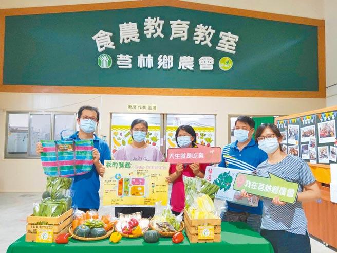 新竹縣衛生局社區營養推廣中心日前與芎林鄉農會合作,在蔬菜箱內放入營養照護小卡,讓民眾也能學習營養知識。(莊旻靜攝)