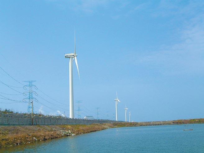 台塑六輕規畫在原有的4座風機附近新建6座風機,並避開候鳥飛行航道。(本報資料照片)