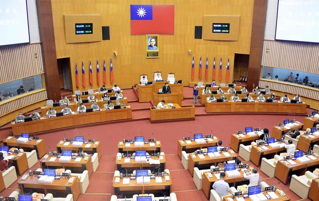 屏東縣議會定期會27日開會,縣長施政報告後主席突然宣布散會,讓在場議員感到錯愕。(林和生攝)