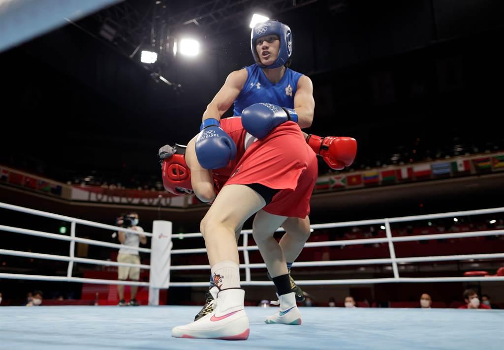 陳念琴(後)在東京奧運拳擊女子沉量級(69公斤級)16強戰過關、晉級8強。(路透)