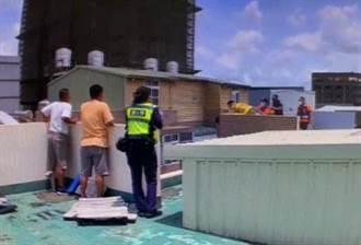 台南男子持刀坐自家頂樓女兒牆消警 驚險搶救