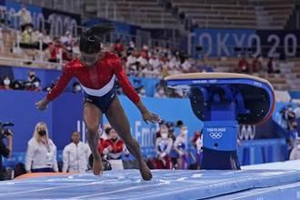 東奧》無敵神話破滅!美國女子體操隊「銀恨」 主將拜爾斯疑受傷