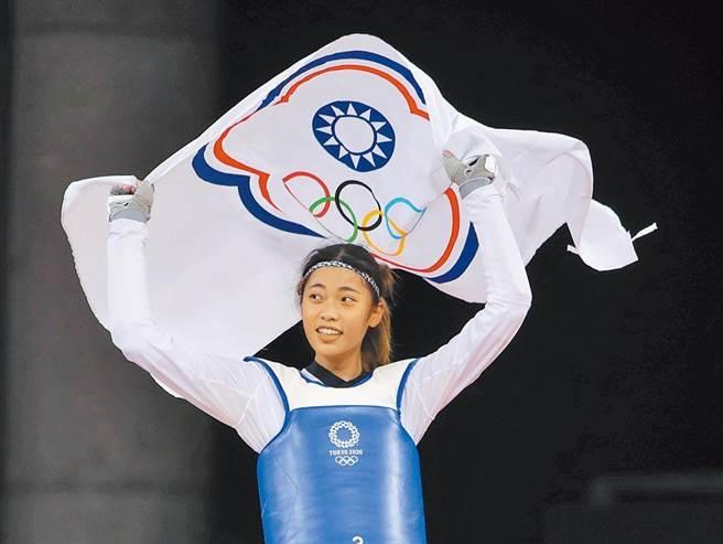 東京奧運跆拳道女子57公斤級的比賽,中華隊羅嘉翎擊敗尼日對手獲得銅牌,興奮地拿著會旗繞場,也經常有外媒在看到中華台北奧運會旗時感到納悶。(圖/季志翔攝)