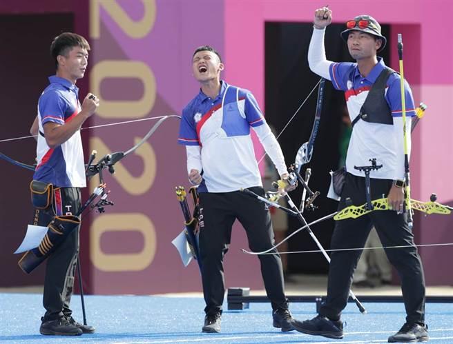 中華射箭男團湯智鈞(左起)、鄧宇成、魏均珩獲男子射箭團體賽銀牌。(圖/季志翔攝)
