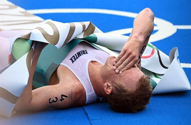 布魯門菲特奪鐵人三項金牌,興奮倒地。(圖/達志影像)