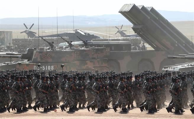 美國專家說,萬一解放軍攻台,可能出動多達200萬部隊,規模之大,將超乎想像,圖為解放軍最大的軍事基地內蒙古朱日和訓練基地。(新華社)