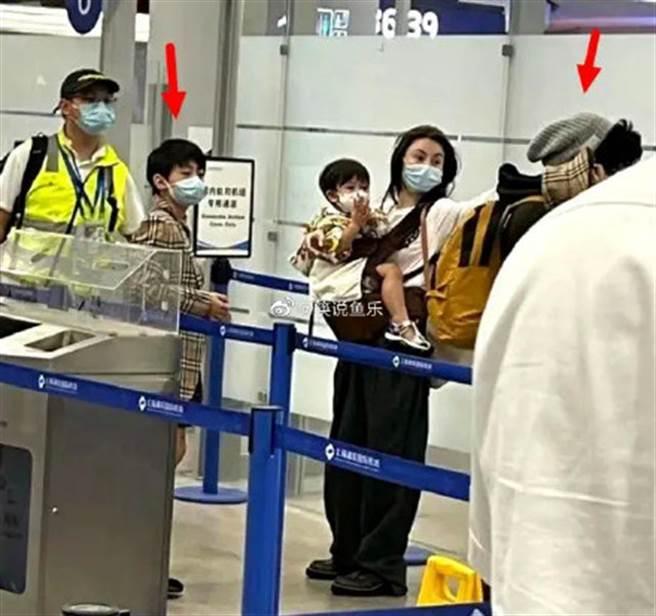 張柏芝和三個兒子現身機場,小兒子Marcus正面曝光。(圖/微博@筷說魚樂)