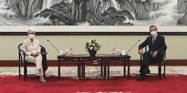 美國副國務卿雪蔓(左)26日在天津與大陸外長王毅(右)會談。(圖/美聯社)