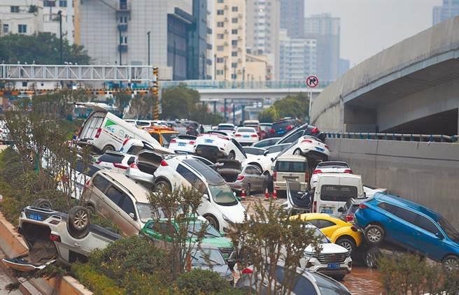 河南鄭州水災慘重,截至24日已從鄭州京廣路隧道拖出270多輛泡水車。(新華社)