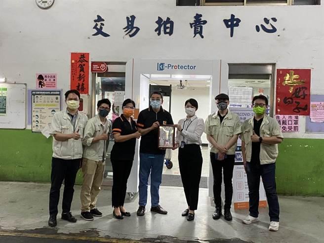 中央宣布自今(27日)起從三級警戒降為二級,昱凱科技捐贈一座「222遠紫外線滅菌防疫門」給新北市三重果菜市場。(果菜公司提供)