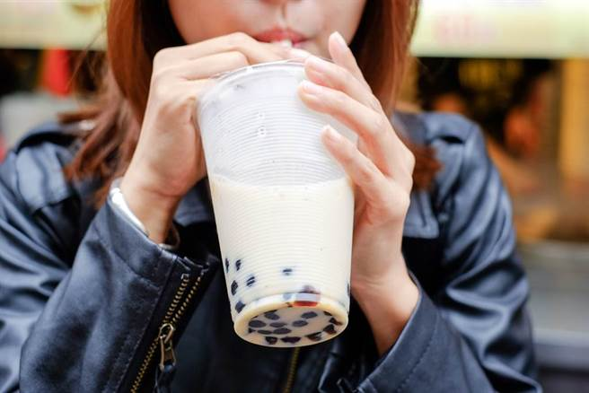 台灣人平時最喜歡來一杯手搖飲料,營養師揭手搖飲6大熱量炸彈,像是大珍珠含糖量比小珍珠少等,教大家聰明喝飲料。(示意圖 達志影像)