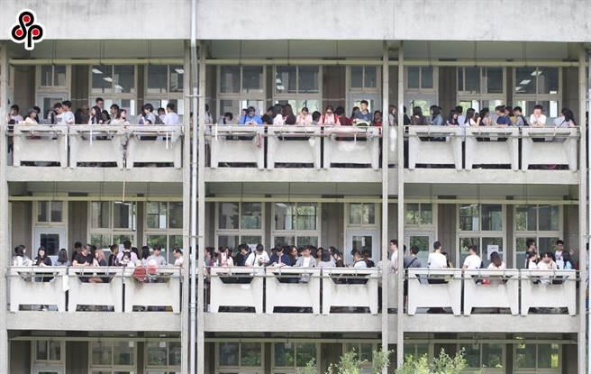 大學入學考試中心也特別提醒,為避免人群聚集,三天考試期間,不開放集體報名單位設置考生服務隊與陪考。(圖/本報系資料照)