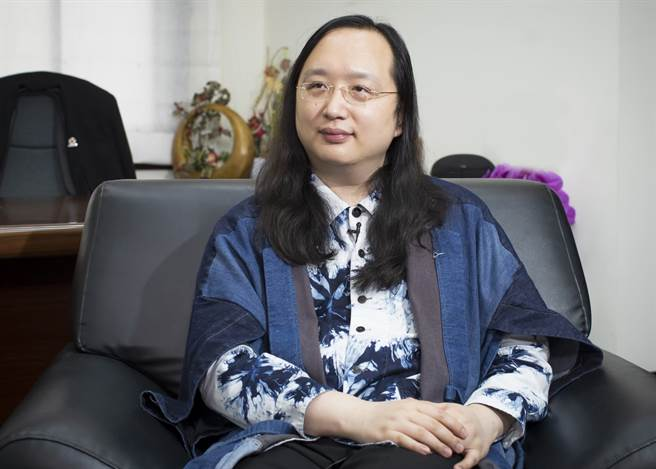 本期的封面人物,規劃了非典型學習與求學模式的天才IT大臣唐鳳。