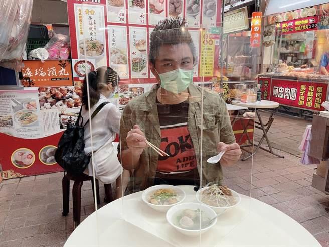 美食部落客踢小米也搶在第一時間到新竹都城隍廟小吃攤解饞。(踢小米提供/邱立雅竹市傳真)
