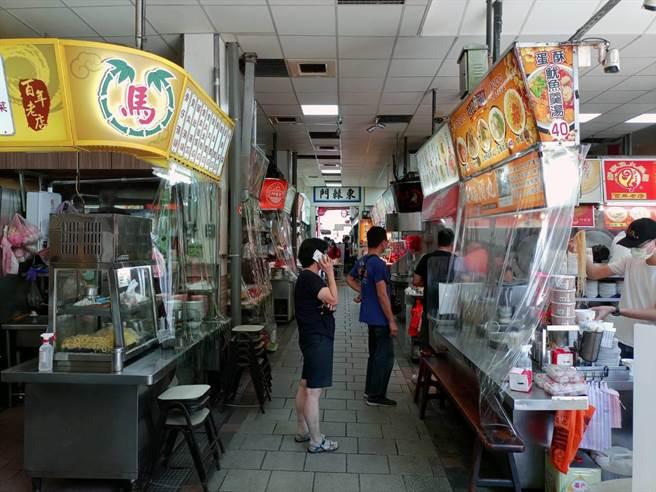 新竹都城隍廟降級後首日營業,攤商們心情是既期待又怕受傷害。(邱立雅攝)