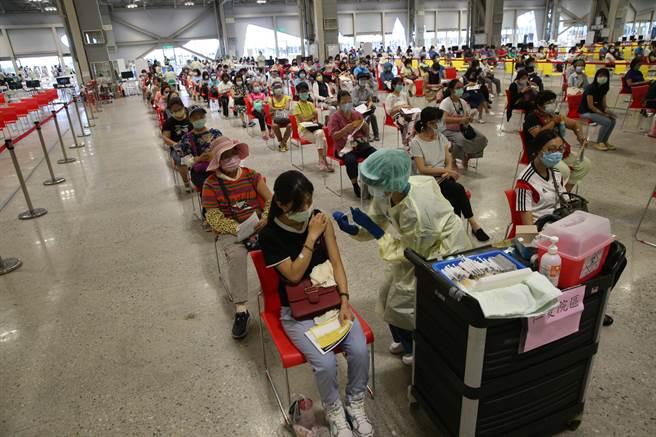 單日接種29萬人創新高,接種後死亡事件新增5人。圖為接種站畫面。(王英豪攝)