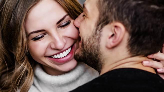 美國知名骨科醫生與妻子結婚5年,才知道妻子不僅學歷造假,竟然還是高級妓女。圖片為示意圖非本人(圖/shutterstock)