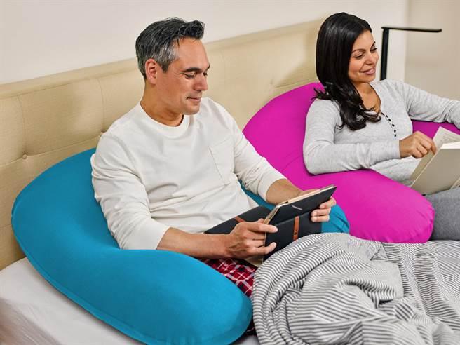 誠品生活南西、信義店的美國懶骨頭專家Yogibo也推薦實用的U型枕,讓辛苦大半輩子的父親們都能夠好好休息。(誠品提供/黃慧雯台北傳真)