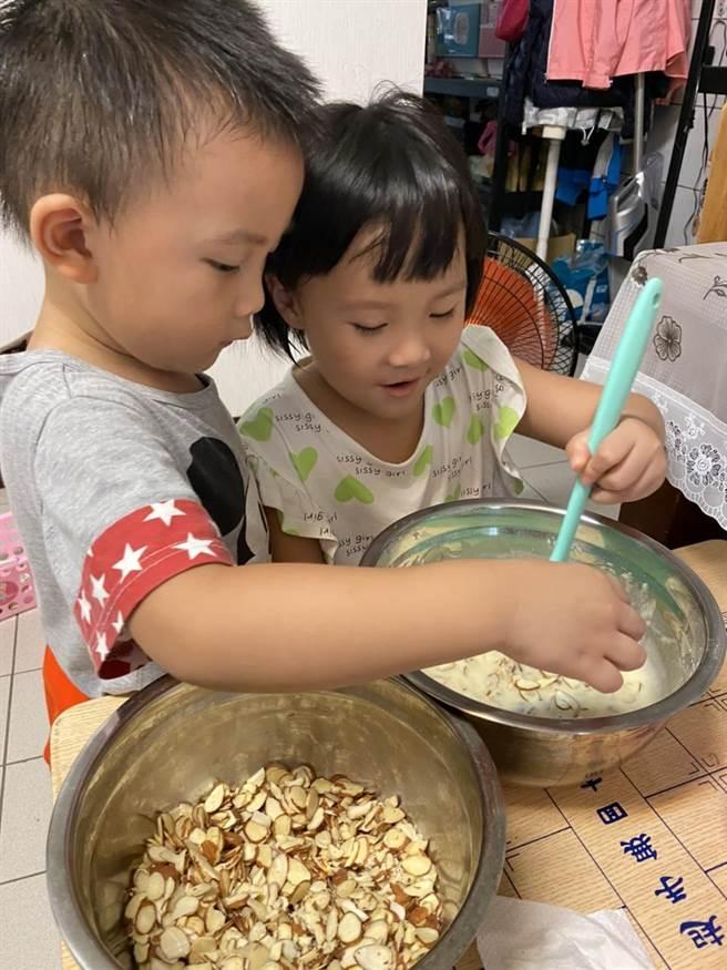 苗栗大千醫院建議暑期家長可以帶著孩子一起作手作餅乾來增進親子關係。(大千醫院提供/謝明俊苗栗傳真)