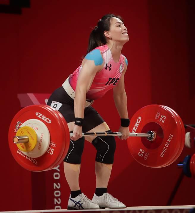 郭婞淳在抓舉繳出103公斤。(季志翔攝)