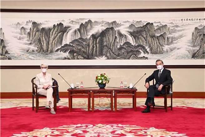 中國國務委員兼外長王毅(右)26日下午在天津會見美國副國務卿雪蔓。(摘自大陸外交部官網)