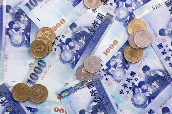 網友發文表示「窮得只剩下錢」,引發眾多網友熱議。(圖/取自Pexels)