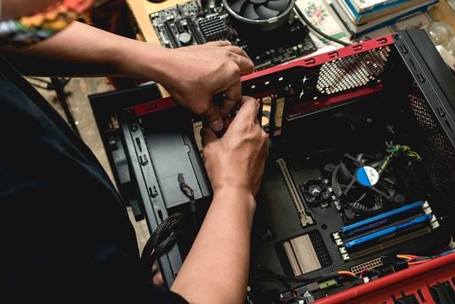 一直以來都覺得組裝電腦很難嗎?跟著影片做,就可以緩步邁向組裝大師。(圖/達志影像)