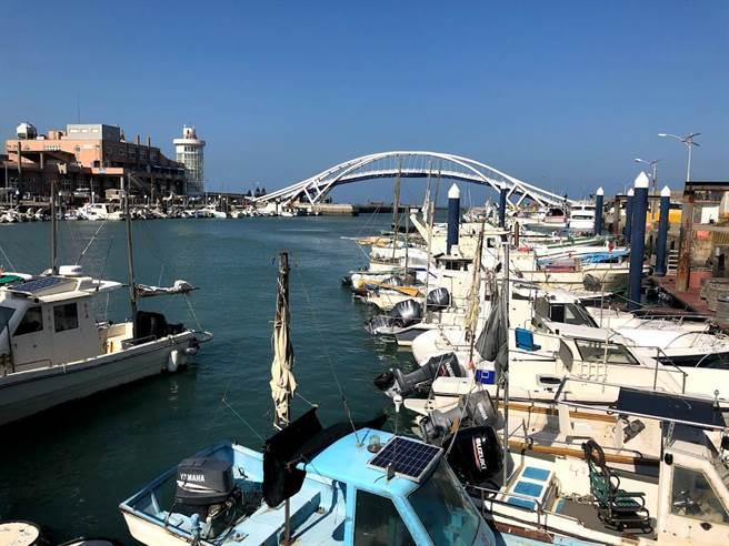觀旅局在永安漁港新架設觀光即時影像,另漁港內餐廳業者降為二級警戒仍歇業。(呂筱蟬攝)