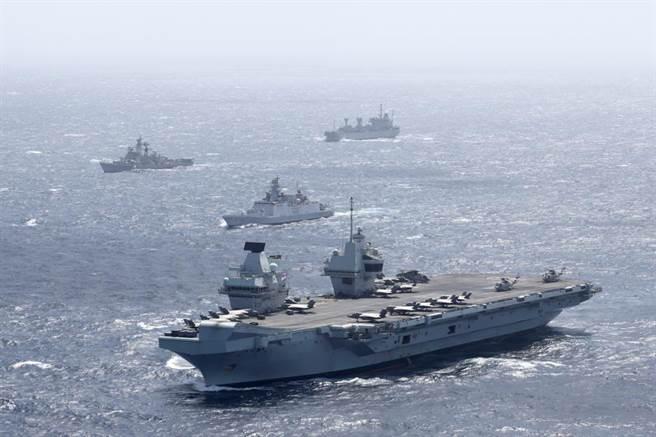 英國女王號航母戰鬥群25日進入南海,隨行的有美國、荷蘭軍艦,沿途印度、馬來西亞與新加坡海軍都參與交匯演習,目前已抵新加坡。外界關注正在新加坡訪問的美國國防部長奧斯汀是否會前往訪問女王航母。(圖/伊莉莎白女王號航母)