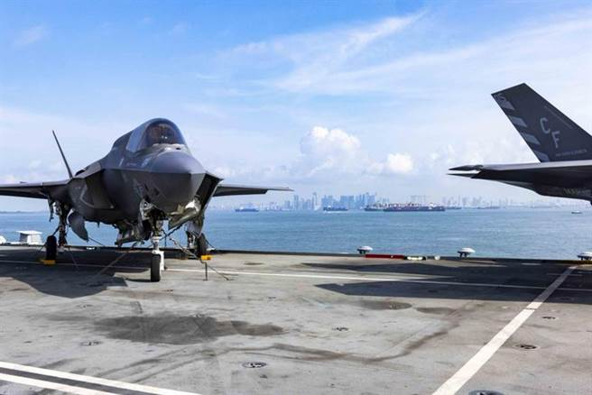英女王號航母抵達新加坡,補給後將展開南海航行自由任務,大陸關切英航母戰鬥群是否會逼近南海島礁12海里,或是經由台灣海峽前往日本。(圖/伊莉莎白女王號推特)