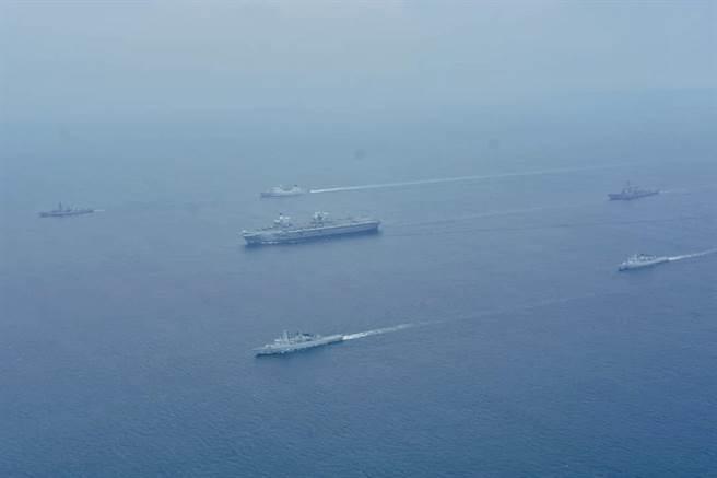 英女王號航母與馬來西亞海軍會合後穿行麻六甲海峽。(圖/馬來西亞海軍0